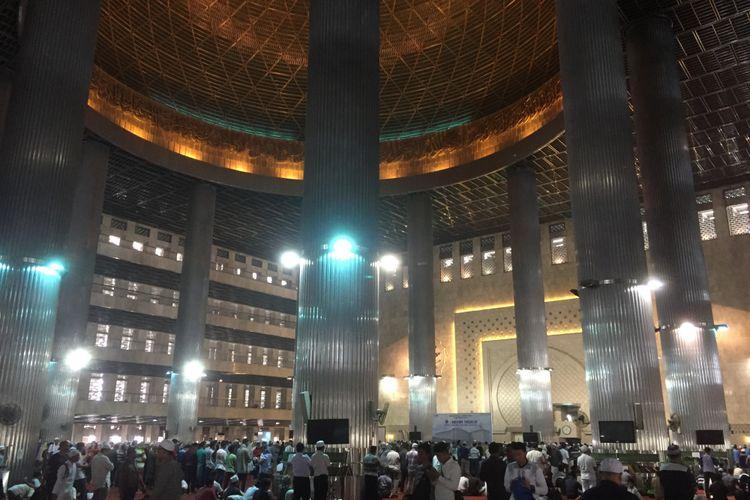 Ribuan jamaah melaksanakan ibadah solat dzuhur di Masjid Istiqlal, Minggu (10/9/2017).