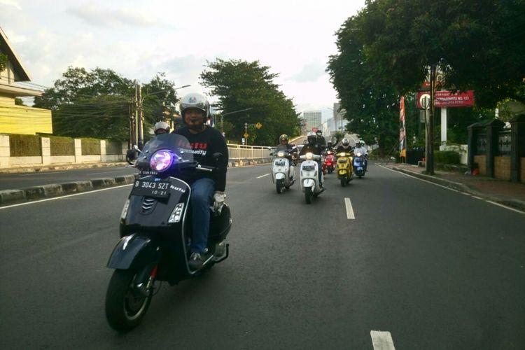 Turing santai berkeliling Jakarta yang dilakukan komunitas vespa Kutu Community pada Senin (1/1/2018).