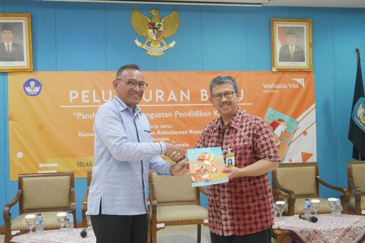 Direktur Nasional WVI dan SArie Budhiman (Staf Ahli Mendikbud Bidang Pembangunan Karakter) dalam peluncuran buku Panduan Penguatan Pendidikan Karakter di Gedung Kemendikbud, Jakarta (22/1/2018).