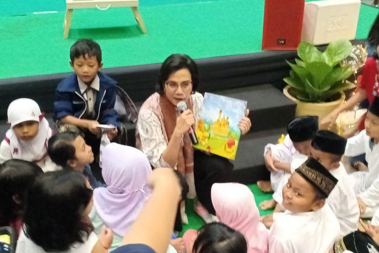 Menteri Keuangan Sri Mulyani Indrawati ketika mendongeng kepada anak-anak di Kementerian Pendidikan dan Kebudayaan di Jakarta, Minggu (3/3/2019).