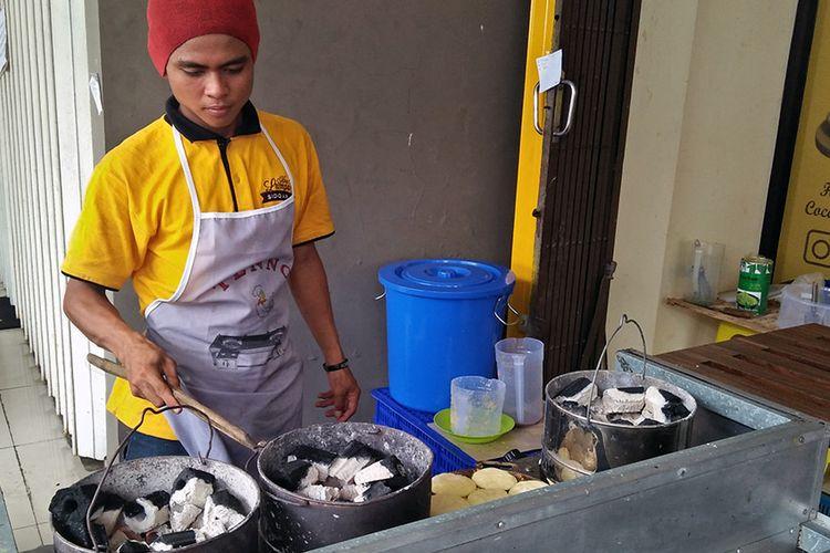 Kue lumpur di Toko Muda-Mudi Jaya, Gresik, memiliki bau khas lantaran dibuat menggunakan arang.
