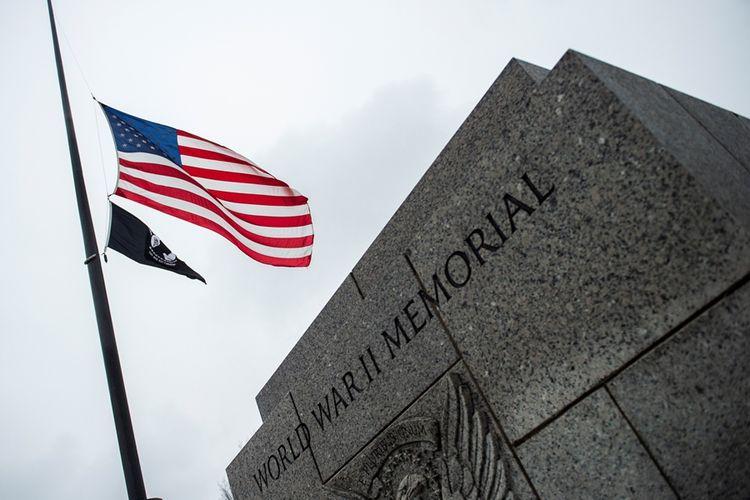 Bendera setengah tiang dikibarkan di Monumen Perang Dunia II di Washington DC untuk menghormati mantan presiden AS George HW Bush yang meninggal pada Jumat (30/11/2018).