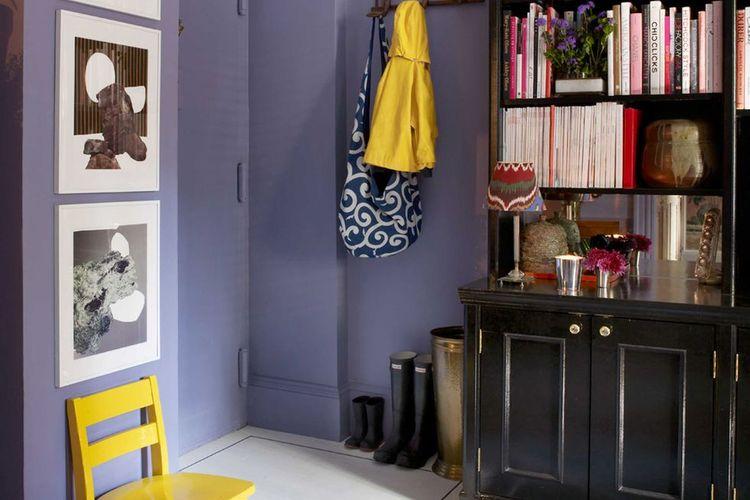 Pemisah ruangan berupa barang dan warna.