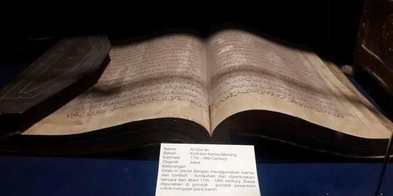 Al Quran berusia sekitar 17-18 abad yang ada di Indonesia Heritaga Museum (IHM) Kota Batu, Jawa Timur, Senin (1/1/2018).