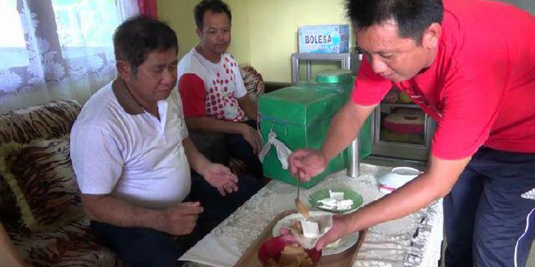 Kue Pang Chiam dengan kulit lumpia dan kembang gula di dalamnya siap dihidangkan di rumah Ma Chun Ho di Desa Benteng, Bangka Tengah, Kepulauan Bangka Belitung, Rabu (14/2/2018).