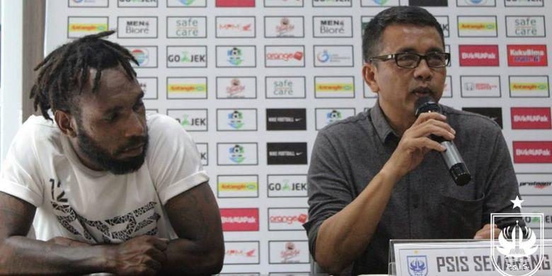 Pelatih PSIS Semarang dalam sebuah sesi konferensi pers di Surabaya.