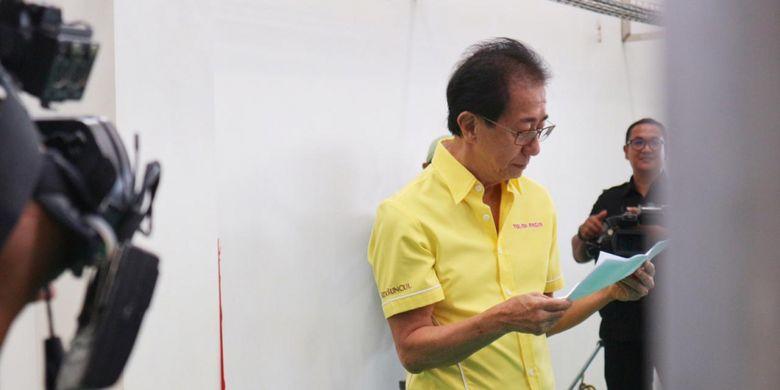 Direktur PT Sido Muncul Irwan Hidayat, saat meninjau proses syuting iklan terbaru Sido Muncul yang berlokasi di pabrik Sido Muncul, Semarang, Jumat (22/02/2019)