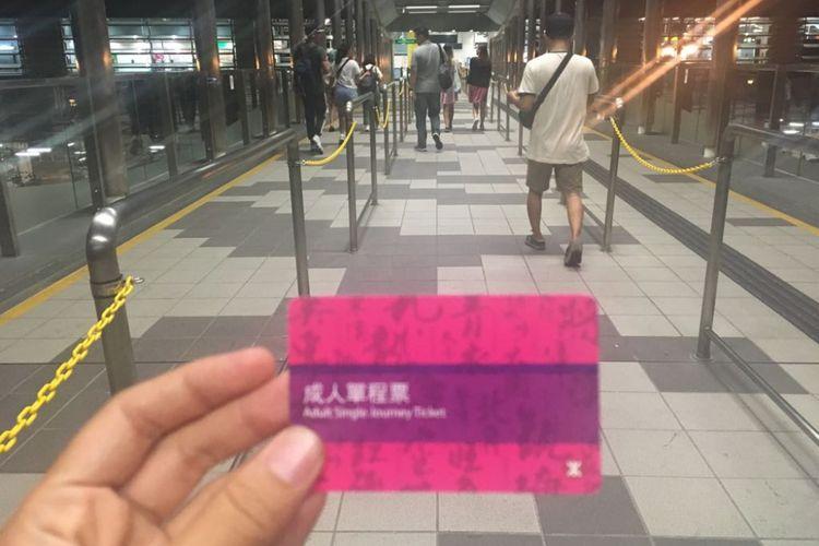 Tiket day-pass MRT menuju Ocean Park Hongkong. Dari stasiun Wong Chuk Hang, wisatawan hanya butuh merogoh kocek 4,5 dollar Hongkong atau kurang lebih Rp 8.200 menggunakan kurs saat ini untuk sampai di Ocean Park Hongkong.