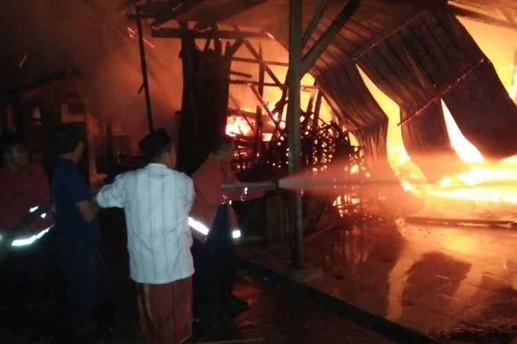 Petugas pemadam kebakaran Pemkab Ponorogo dan santri mencoba memadamkan api yang membakar dapur Ponpes Al Iman Putra Ponorogo, Jumat ( 14/7/2017) pagi.