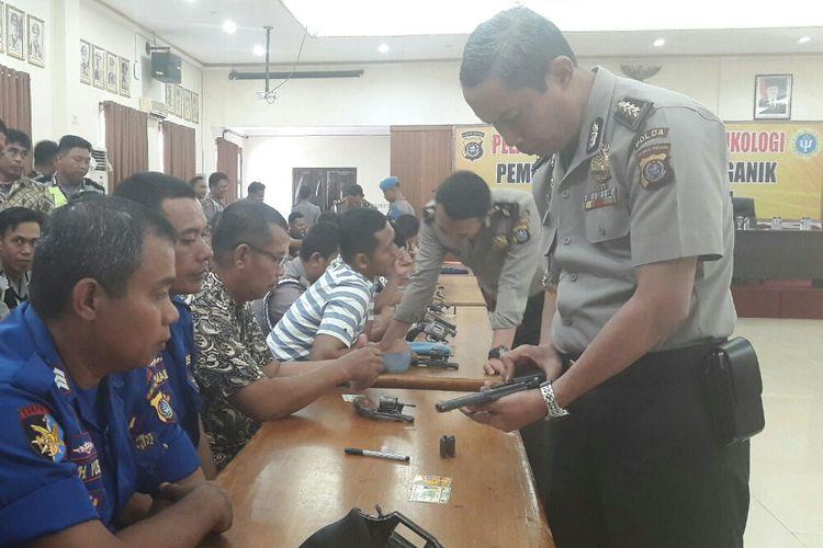 Kepala Biro SDM Polda Sultra Kombes Pol Nurworo Danang saat memeriksa senjata api milik anggota polda dan polres Kendari di aula Dhacara Polda Sultra. (KOMPAS.COM/KIKI ANDI PATI)