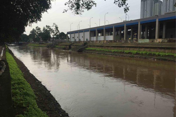 Kanal Banjir Barat (KBB) Kali Ciliwung yang berada di samping Hotel Shangrila, Selasa (13/3/2018).