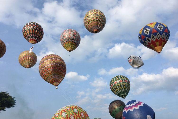 Suasana penyelenggaraan Java Balloon Festival 2018 di Kabupaten Wonosobo, Provinsi Jawa Tengah, Selasa (19/6/2018). Festival diadakan Kementerian Perhubungan bersama AirNav Indonesia dalam rangka meredam maraknya balon udara liar yang membahayakan keselamatan penerbangan dalam beberapa hari terakhir.