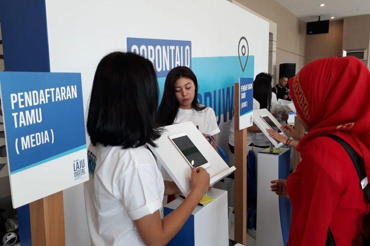 Sejumlah petugas Facebook melayani pendaftaran seminar Laju Digital yang dilaksanakan di Kota Gorontalo, Kamis (13/9/2018)