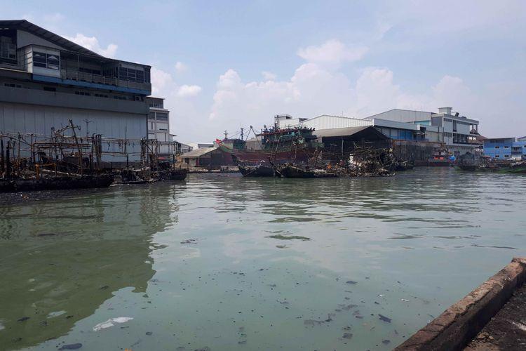 Bangkai kapal yang terbakar di di Pelabuhan Muara Baru, Pluit, Penjaringan, Jakarta Utara, Minggu (24/2/2019).