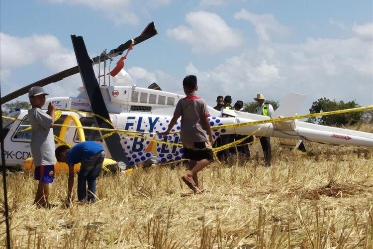 Kondisi Helikopter yang jatuh di Desa Kawo, Lombok Tengah, NTB, saat para warga menjadikan bangkai heli sebagai tontonan.