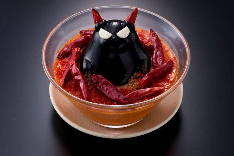Super Spicy! Devil Hotpot. Hidangan ini menampilkan Pitch Black Devil Collagen yang mencolok dan ditempatkan di tengah tororo yang dididihkan magma vulkanik (parutan yam).