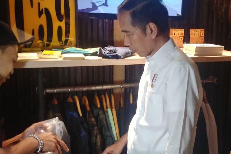Presiden Joko Widodo Jokowi mendatangi simpul space di Jalan Braga, Bandung, untuk bertemu dan berdialog dengan para milenial, Sabtu (10/11/2018).