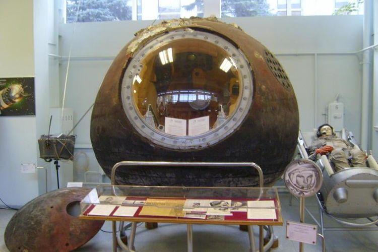 Kapsul Vostok 1 yang digunakan Yuri Gagarin saat mengorbit Bumi pada 12 April 1961 dipamerkan di Museum Energi, Moskwa.