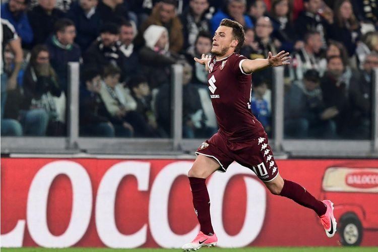 Penyerang Torino, Adem Ljajic, merakan gol ke gawang Juventus pada partai Serie A - kasta pertama Liga Italia - di Stadion Juventus, 6 Mei 2017.