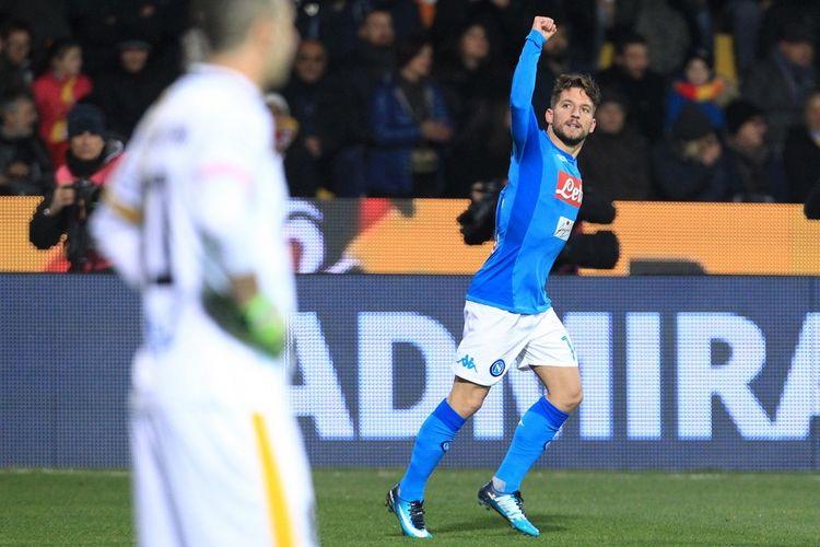 Selebrasi penyerang Napoli, Dries Mertens, seusai mampu membobol gawang Benevento dalam laga Serie A di Stadion Ciro Vigorito, Minggu (4/2/2018).
