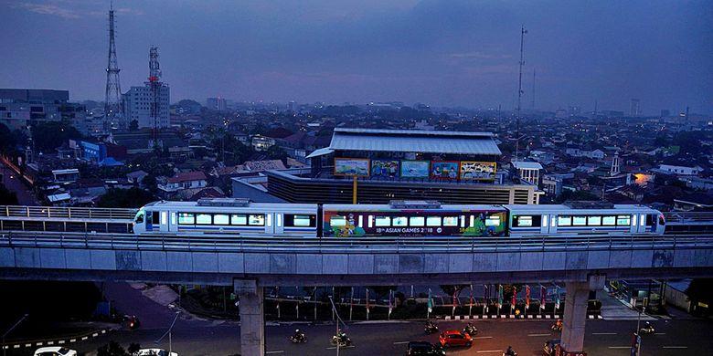 Kereta ringan (LRT) melintas di kawasan Pakjo, Palembang, Sumatera Selatan, Kamis (30/8/2018). Pemerintah masih terus mengevaluasi kinerja LRT Palembang untuk menyempurnakan sebelum dioperasikan penuh pada 3 September mendatang. Peristiwa mogoknya kereta yang telah tiga kali terjadi sejak pengoperasian dijadikan pedoman evaluasi. KOMPAS/HENDRA A SETYAWAN (HAS) 30-08-2018