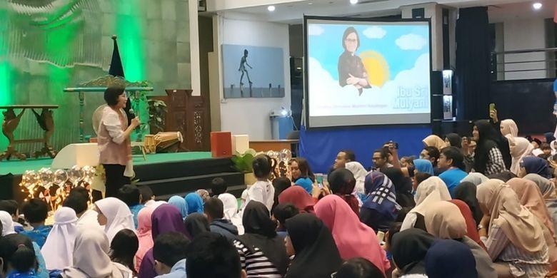 Menkeu Sri Mulyani bersama penerima beasiswa LPDP angkatan ke-139 dalam festival literasi bertajuk Indonesia Negeri 1.000 Dongeng di gedung Kemendikbud, Jakarta (3/3/2019).