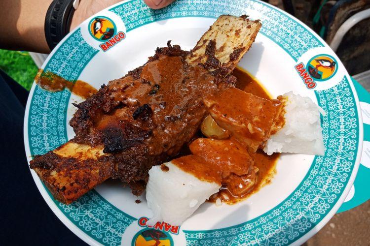 Tata Ribs Daeng Tata yang ada di Festival Jajanan Bango 2018, di Park & Ride Thamrin 10, Jakarta, Sabtu (14/4/2018). Lebih dari 80 gerai kukiner otentik Nusantara dihadirkan dalam festival kuliner ini.