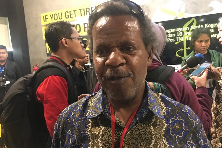 Anggota Tim Investigasi Theo Hasegem saat konferensi pers di kantor Amnesty International Indonesia, Jakarta Pusat, Jumat (29/3/2019).