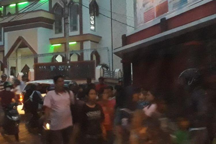 Gempa bumi magnitudo 7,2 di Halmahera membuat Warga Kota Ternate, Maluku Utara lari berhamburan keluar, Minggu (14/07/2019).