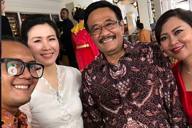 Ulin Yusron berswafoto bersama Veronica Tan, Djarot Saiful Hidayat, dan Happy Farida di acara pernikahan putri Presiden RI Joko Widodo, Kahiyang Ayu-Bobby Nasution di Solo, Rabu (8/11/2017).