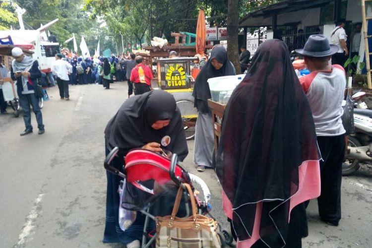 Hadirnya massa pendukung di lokasi sidang vonis Buni Yani di Gedung Dinas Perpustakaan dan Kearsipan Kota Bandung, Jalan Seram, Kota Bandung, Selasa (14/11/2017), membawa berkah bagi para pedagang kaki lima (PKL) dan pedagang asongan.