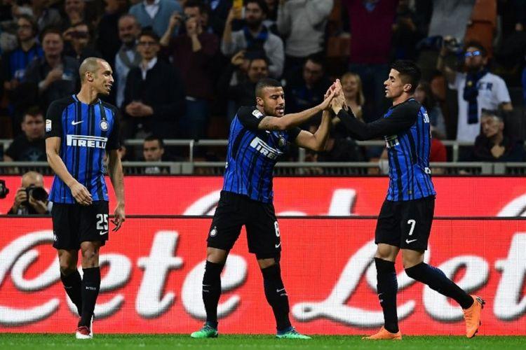 Joao Cancelo merayakan gol bersama Miranda dan Rafinha saat Inter Milan menjamu Cagliari pada pertandingan Serie A di Stadion Giuseppe Meazza, Seasa (17/4/2018).