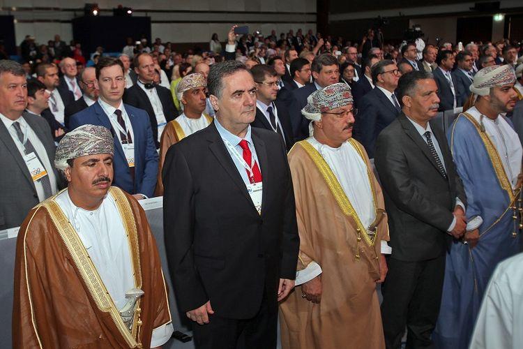 IMenteri Transportasi Israel Yisrael Katz (kedua dari kiri) berdiri bersama para pejabat Oman dalam pembukaan kongres Persatuan Transportasi Darat Internasional (IRU) di Muscat, Oman, Rabu (7/11/2018).