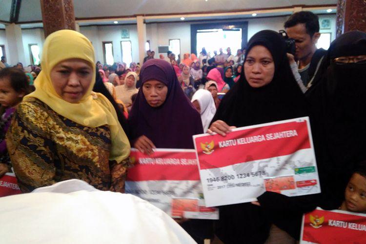 Menteri Sosial Khofifah Indar Parawansa (kiri), saat memberikan bantuan sosial kepada istri eks napi kasus terorisme dan mantan kombatan.