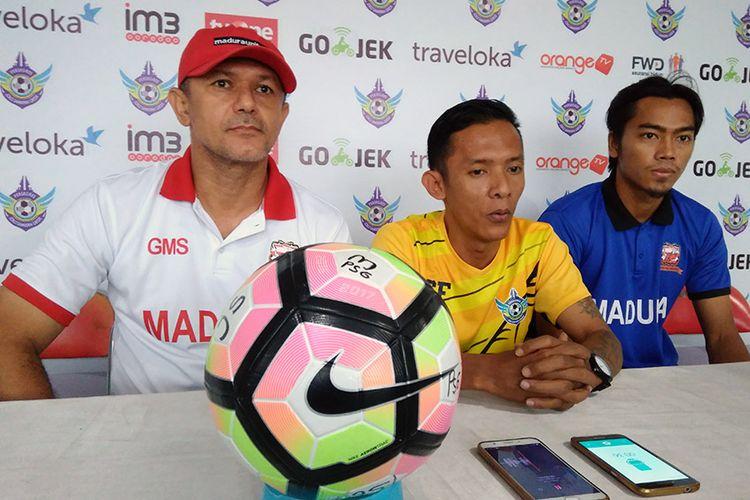 Pelatih Madura United Gomes de Oliviera (kiri) dan Andik Rendika Rama (kanan), jelang menghadapi Persegres Gresik United.