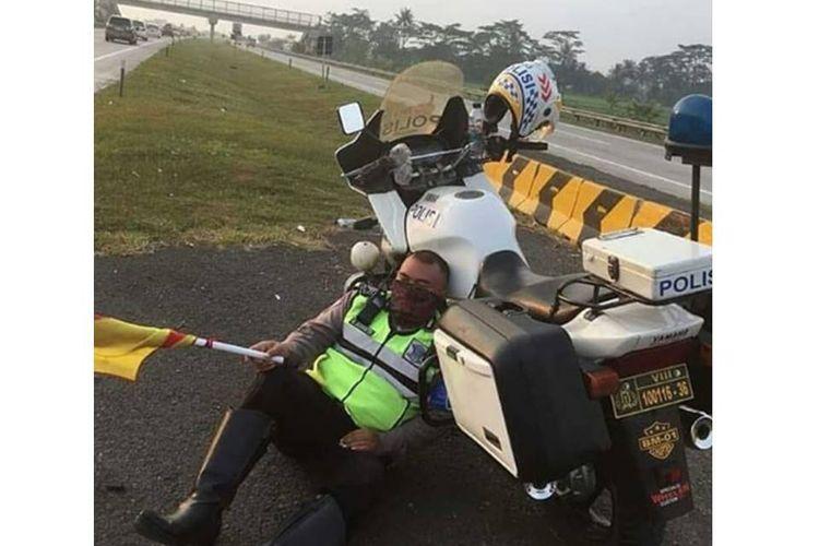 Foto polisi tertidur setelah melakukan tugasnya di Tol Cipali viral. Polisi itu adalah Bripka Wawan.