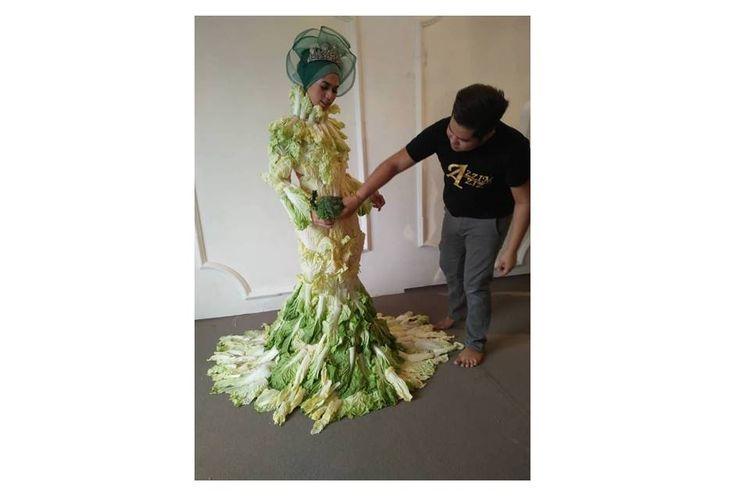 Desainer asal Malaysia Azzim Aziz membuat kreasi gaun berbahan sawi putih.