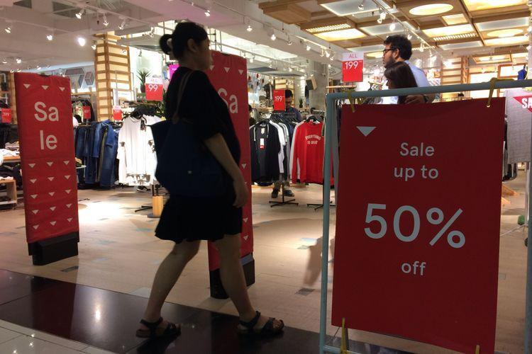 Suasana gelaran Jakarta Great Sale 2018 di Senayan City, Minggu (18/6/2018) malam. Ajang JGS dimanfaatkan para pembeli yang hendak membeli barang dengan diskon hingga 70 persen.