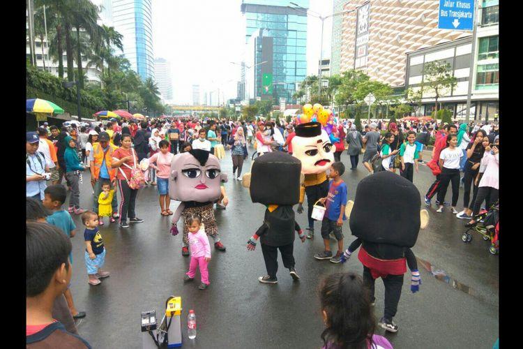 Aksi badut imut menarik perhatian masyarakat di Car Free Day Jalan Sudirman-Thamrin, Minggu (25/2/2018).