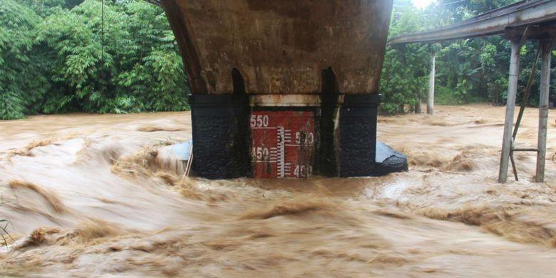 Kondisi aliran sungai ciliwung di Pos Pemantau Jembatan Panus, Kota Depok, Jawa Barat, Senin (05/02/2018). Curah hujan yang besar membuat Bendungan Katulampa Siaga 1 pada (05/02/2018) sehingga warga bantaran ciliwung diminta tidak melakukan aktivitas di sungai tersebut. Terpantau pada pukul 15.00 terlihat ketinggian air di Kota Depok mencapai 400cm.