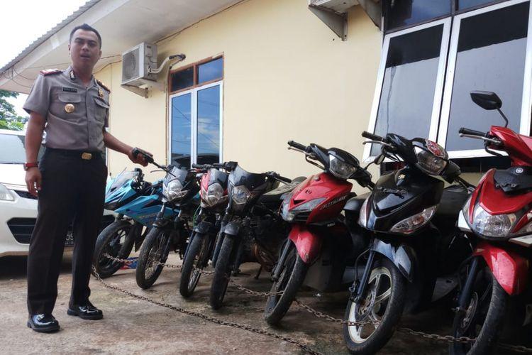 Kapolsek Sagulung AKP Yuda Suryawardana menunjukkan sejumlah barang bukti sepeda motor yang diamankan dari dua pelaku, Jumat (18/5/2018).