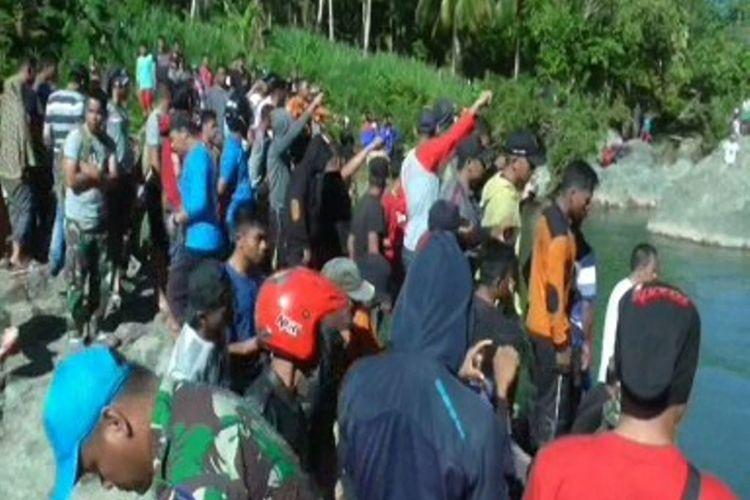 Warga memadati lokasi kejadian tempat mahasiswa Unhas ditemukan tewas terseret arus sungai di Majene, Jumat (13/7/2018).