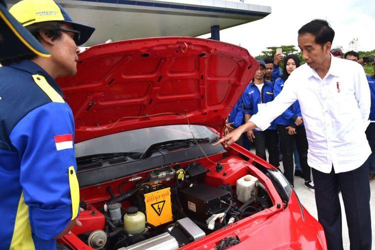 Presiden Joko Widodo melihat-lihat mobil listrik Ezzy II karya ITS dan yang dijajalnya saat peresmian Tol Surabaya-Mojokerto, Selasa (19/12/2017).