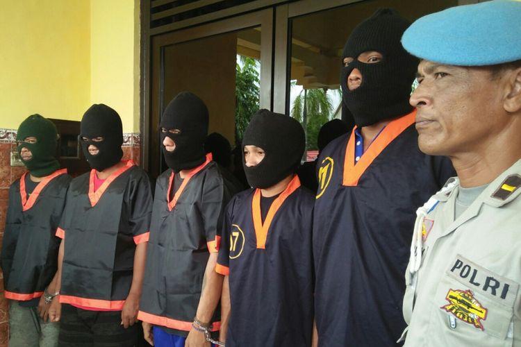 JM (dua dari kanan), pengedar yang menyembunyikan sabu di celana dalamnya saat mengikuti penerbangan Surabaya- Pangkalan Bun, Rabu (10/1/2018)
