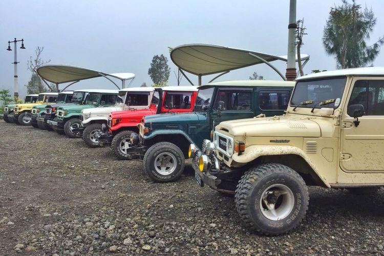 Jejeran mobil Hardtop offroad 4x4, di Teras Bromo di lokasi Plataran Bromo, Desa Ngadiwono, Tosari, Pasuruan, Jawa Timur yang jadi pos jeep atau jeep spot baru menuju kawasan Bromo Tengger, Sabtu (21/4/2018).