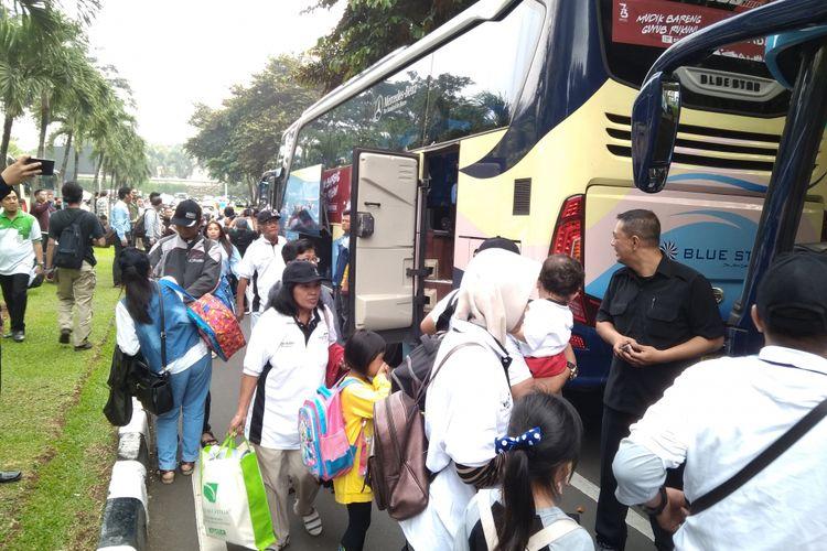 Peserta mudik gratis Bank Mandiri ketika diberangkatkan melalui Plaza Mandiri, Jakarta, Kamis (7/6/2018).