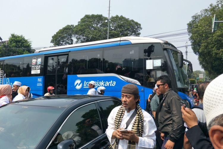 Perjalanan transjakarta trayek Lebak Bulus-Senen terganggu ketika melintasi Jalan Imam Bonjol, Jumat (10/8/2018).