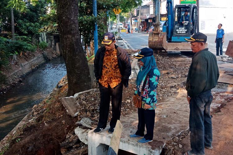 Pembangunan saluran air di Jalan Moh Kahfi II, Jagakarsa, Jakarta Selatan, Kamis (13/9/2018).
