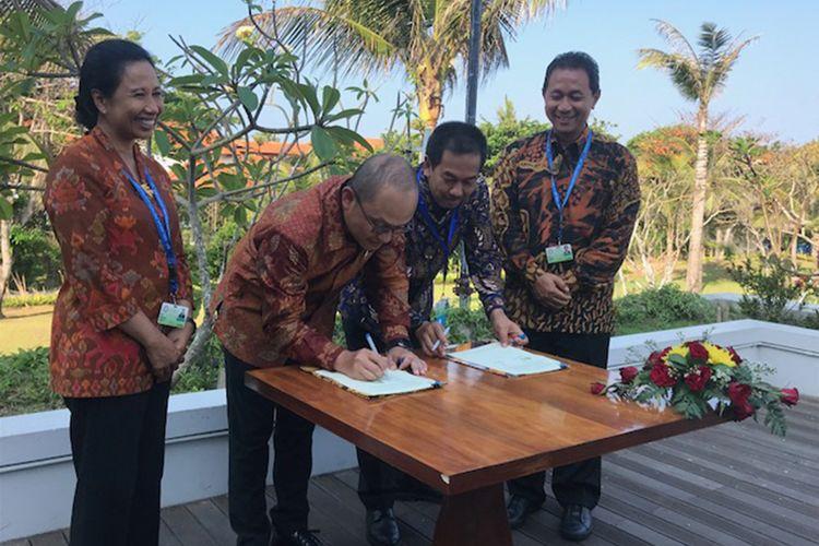 Direktur PT. Angkasa Pura II, Muhammad Awaluddin menandatangani MoU kerja sama dengan Direktur PT. LEN Industri Zakky Gamal Yasin, Kamis (11/10/18) di Nusa Dua, Bali.