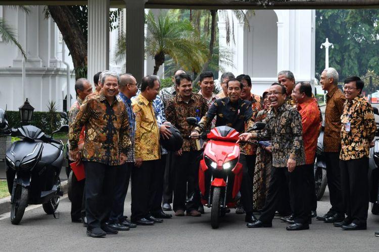Presiden Joko Widodo jajal skuter listrik anak bangsa, Gesits yang siap produksi massal, di Istana Kepresidenan, Rabu (7/11/2018)